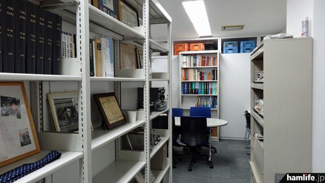 会員が利用できるJARL資料室の入口。旧事務局1階にあった資料室よりも狭くなった