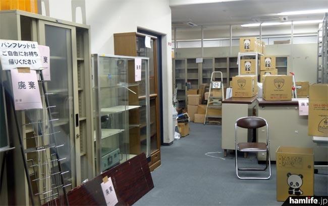 JARL資料室の内部(外部から撮影)。テーブルやロッカー、ショーケースなどの多くに「廃棄」という紙が貼られていた=11月2日15時30分撮影