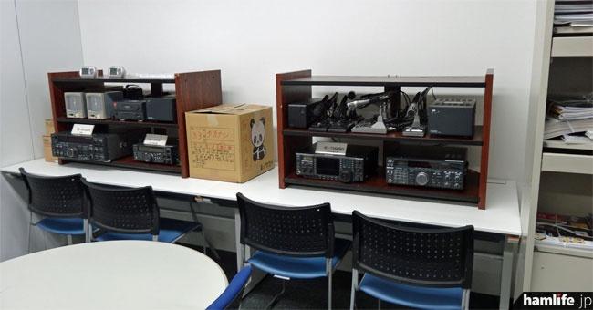 資料室の奥にはJARL局の無線機器が置かれている。まだ配線等は行われていないようだ。
