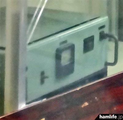 「廃棄」と貼られたショーケースの中に、こんな機械が1台だけ残されていた=11月2日15時30分撮影