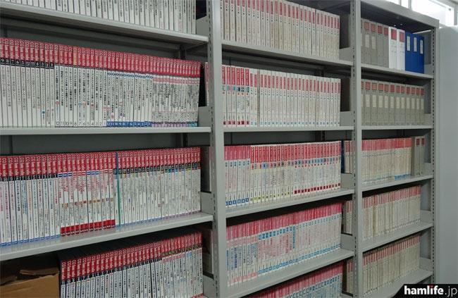 資料室の壁面には雑誌や機関誌のバックナンバー類が並んでいた。