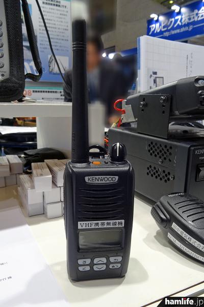 ハンディ機の「TCP-D105BC」。プロ用だけあって強固な作り。1/5W出力
