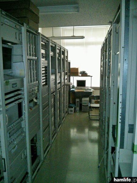 「旧・主調整室のラック群も、すでに電源は落とされていました。このシステムは1999年から使用。数々の番組を放送してきました。ほとんどが産廃に。寿命とはいえ、はかないものです。」