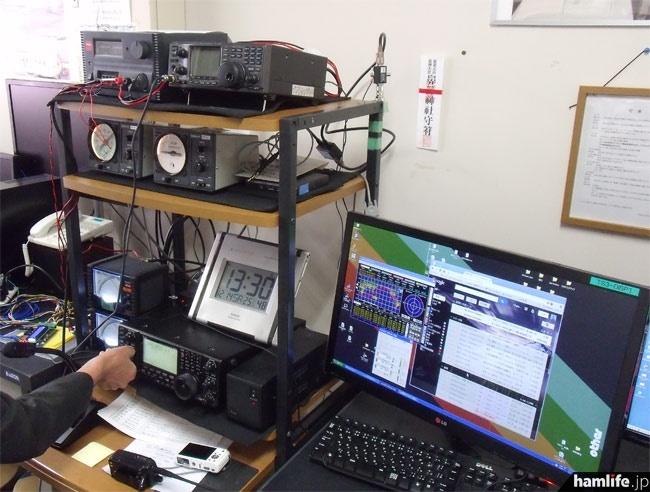 帝京大学宇都宮キャンパスの航空宇宙工学科研究室内に設置された、8N1ISSの無線機器