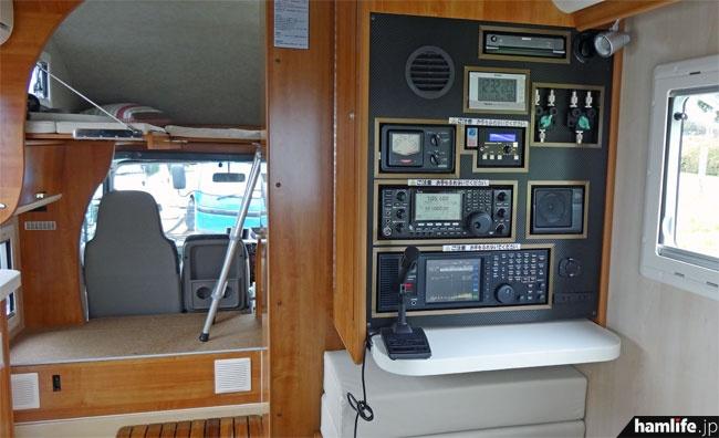 室内には各社の無線機器を設置。