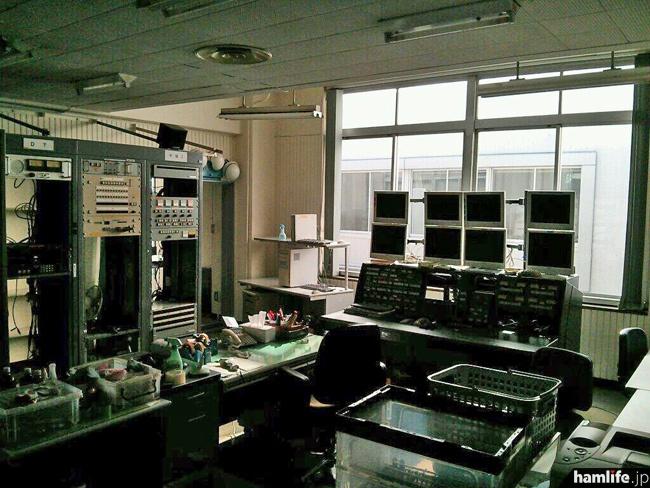 「つい先程の旧・主調整室。すでにほぼ全ての電源は落ちてました。もう誰もいません。2度と音が出る事もなく。昨日の特番で出てた国会議事堂は、この窓の遥か先に見えたそうです。」