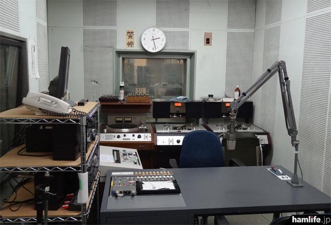 アナウンスのほか、レコードやテープの音出しまでワンマンでできるスタジオもある