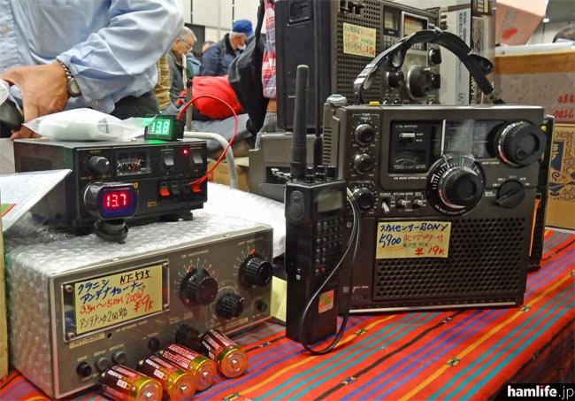 ハンディ機やアンテナチューナー、BCLラジオなど、さまざまなものが販売されている。シガープラグに差して使う、デジタル電圧表示計は1,000円