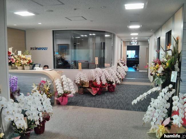 「お花を沢山頂戴しました。厚く御礼申し上げます。まずは、スタジオフロアの17F受付付近です。」