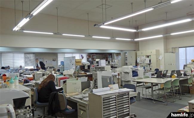 日経ラジオ社の事務スペース。天井が高いのは、かつてここをスタジオにする予定があったためらしい
