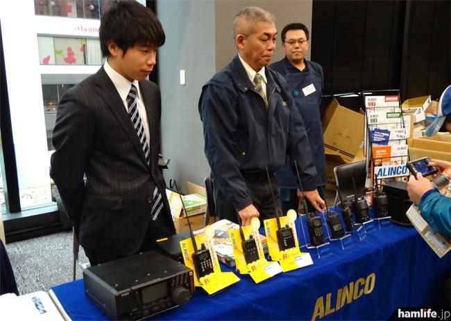 アルインコは受信機や351MHz帯デジタル簡易無線機などを展示