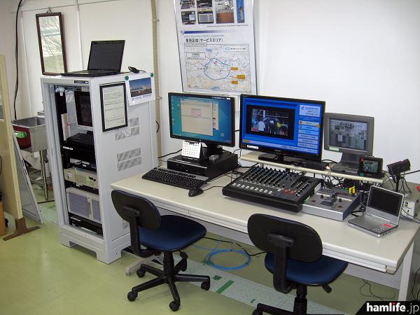 情報ネットワーク工学科・無線通信実験室内に設置されたエリア放送局の設備