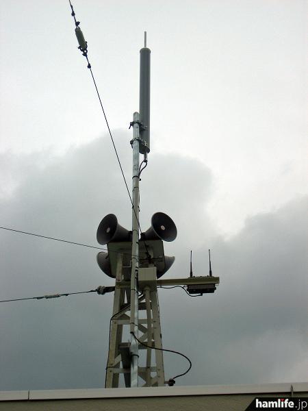 一番高い場所に設置されているのがエリア放送局用のアンテナ