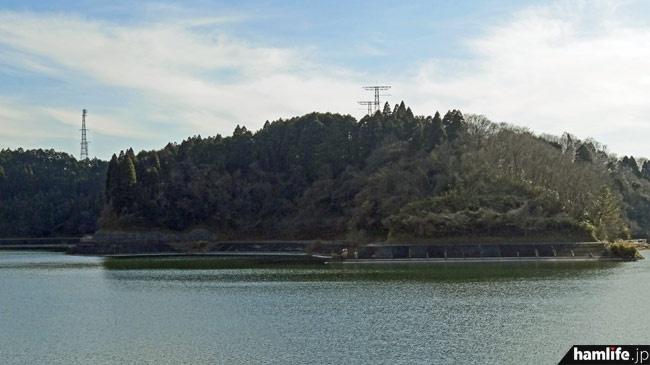 市津湖の対岸から望遠撮影した、長柄送信所のアンテナ群
