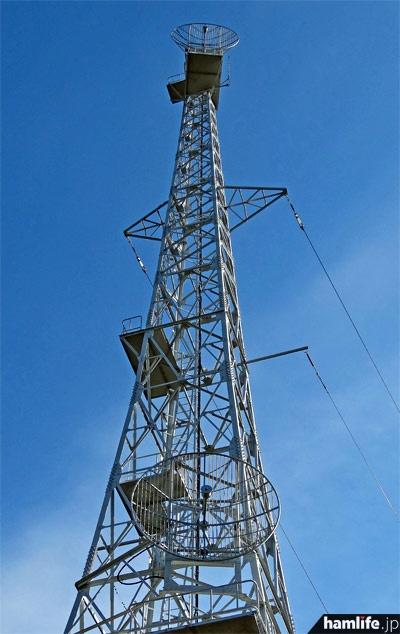 高さ48mの鉄塔。2基のパラボラアンテナは、東京タワーから送信される伝送回線(STL波:959.8MHz)の受信用だったが、本社が港区虎ノ門に移転したことを契機に伝送は光ファイバーに移行した