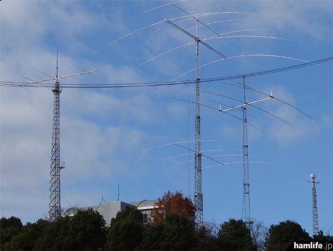 アイコムならやま研究所のアンテナ群を約800m離れた地点から撮影。中央のひときわ高いタワーが今回建設されたものだ
