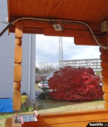 建物の外に設置されたWebカメラ。左下の鏡に映るアンテナの様子を撮っている