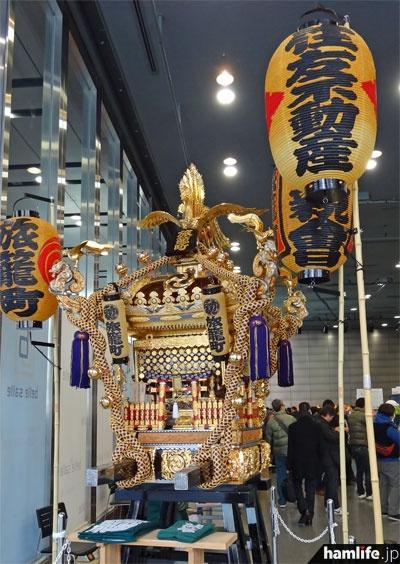 入口横に神田旅籠町会の御輿を展示