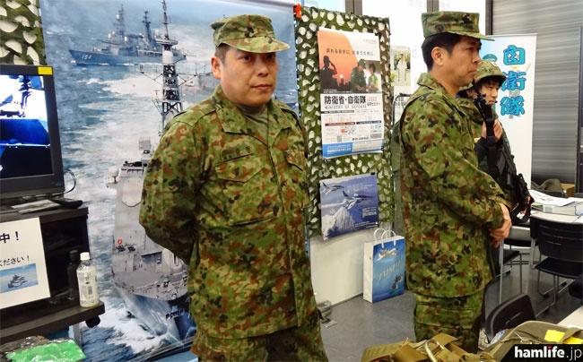 自衛隊港出張所のコーナーではミリメシ展示や防弾ベストの試着体験などが人気
