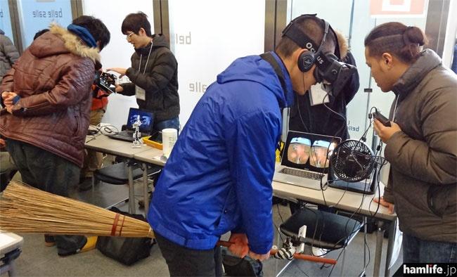 Oculus(オキュラス)によるVR体験。スマホ付きの箒にまたがり「魔女」として空を飛び、対戦することもできる