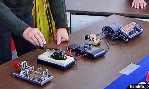 テーブルの上に用意された各種の電鍵、パドル類。パドル・トレーナーIIやKX3も見える(テレビ朝日「タモリ倶楽部」より)