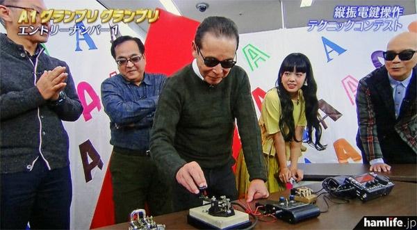 出演者に「タモリさんこれできるんですか?」と言われ、「コレぐらいならできるよ」と、縦ぶれ電鍵を操作するタモリが、「CQ CQ DE JA6CSH」とキーイング(テレビ朝日「タモリ倶楽部」より)