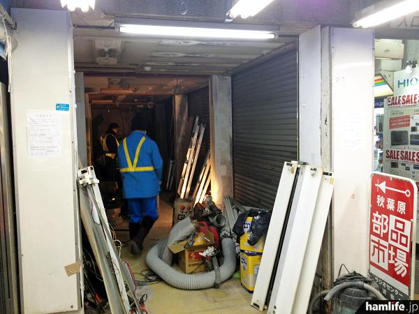 すでに店舗内は棚などが撤去され、天井の照明を外す作業に取り掛かっていた(1月23日時点)