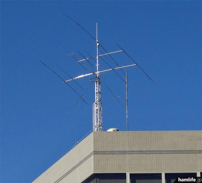 屋上のアンテナのアップ。クランクアップタワーは下降した状態だった。アンテナはトップから、144/430/1200MHz帯用と思われるGP、HFのローバンド用らしきロータリーDP、50MHz帯5エレ八木、HFマルチバンド八木(5エレ?)、WARCバンド用らしき逆V型DP