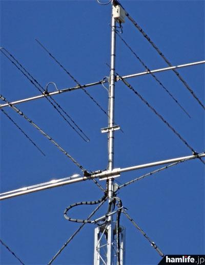 望遠撮影したアンテナのクローズアップ。ケーブル類もエレメント類もすべてビニールテープ(?)で保護されている。破損時の飛散防止対策か?