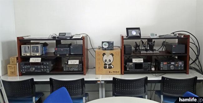 JARL会員が1月6日朝に撮影した、資料室/非常通信センターの無線機器。同軸ケーブルが引き込まれ、一番左側のTS-790は電源が入っている「ローテータのコントローラへはまだ配線がなされておらず、無線局免許状も見当たらなかった」ということから、運用開始には至っていないと推測される