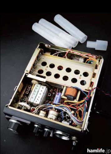 RJX-601の内部。単2乾電池を3本ずつ筒に入れる方式