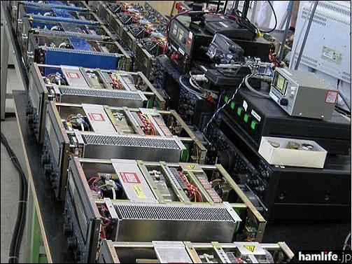 「Factory Tour」の写真。リニアアンプの生産ラインか?(TOKYO HY-POWER LABS USAのWebサイトより)