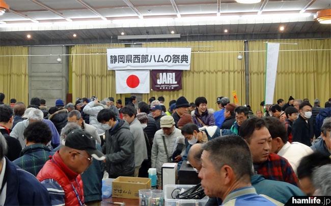 「静岡県西部ハムの祭典」の会場。午前10時の開場と同時に大盛況。主催者によると開始30分で350名の入場があったという