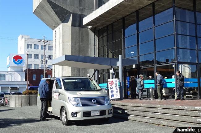 会場前には東海総合通信局の不法無線局監視車両(DEURAS-M)も展示