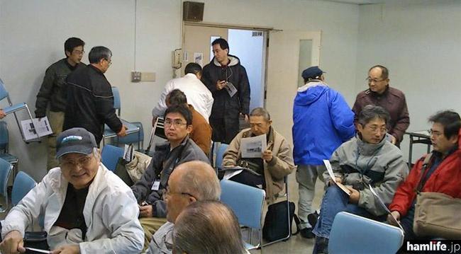会場オープンと同時にたくさんのアマチュア無線家が集合。購入したばかりのID-31を持参する人もいた