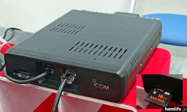 本体のサイズは実測で150W×40H×170Dmm程度(いずれも突起物を除く。本体背面ヒートシンクまで入れると+15mm)。マイク端子と操作部とのコントロールケーブル端子がある。その左側にはSDメモリーカードスロットを装備