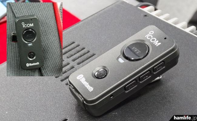 オプションのBluetoothコントローラ-・VS-3。側面に定義づけが可能なボタン類を装備。背面はタイピンで背広の襟などに留められる