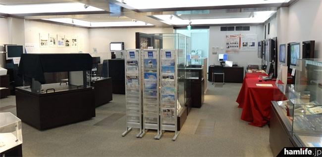 2階展示コーナーの全景。所蔵品の展示のほか、体験コーナーや高柳博士の業績がわかるコーナーもある