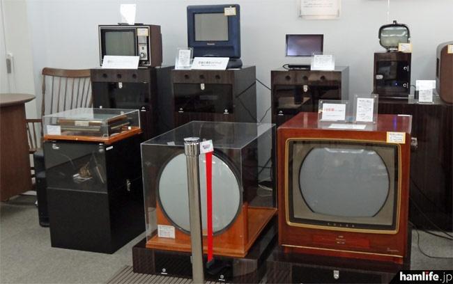 長野県のコレクターが寄贈したという、初期から現代までのテレビ受像機のコレクション。丸かったブラウン管が次第に四角くなり、画面が大型に、そして筐体は小型になっていく様子がわかる