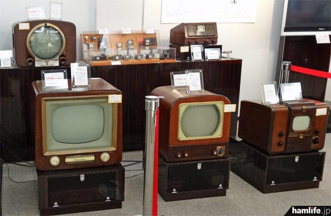 手前は初期のテレビ受像機。ほとんどの展示品が電源が入り、実際にテレビ放送を映し出すことができる(室内でデジアナ変換を行っている)