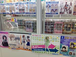 萌系フィギュアのポスターなどが通路側に貼られていた