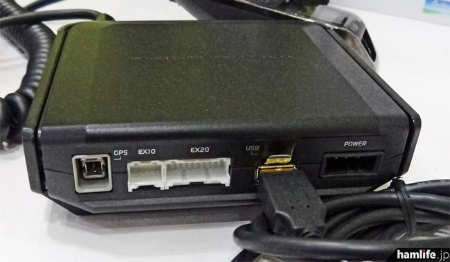 MPT-100の背面。無線機で見慣れたM型アンテナコネクターはなく、FOMAデータ通信カード接続用のUSB端子やGPSアンテナ端子がある