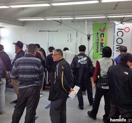 展示コーナーも多数のアマチュア無線家で賑わった