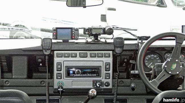 運転席には八重洲無線のFTM-400とFT-857をセパレートで設置。APRSの常時発射にも対応