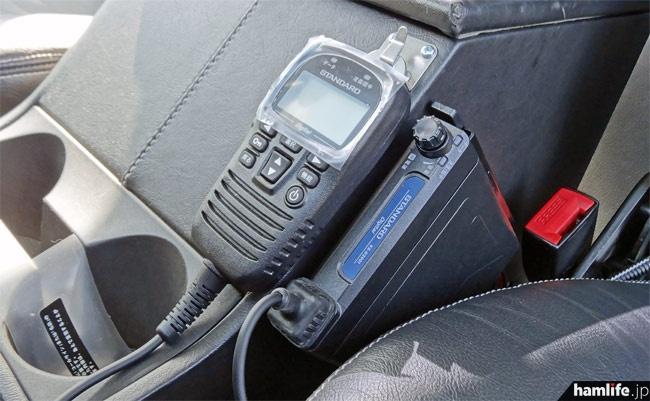 前席中央の肘掛けには351MHz帯デジタル簡易無線機のVX-D2901Uを装着