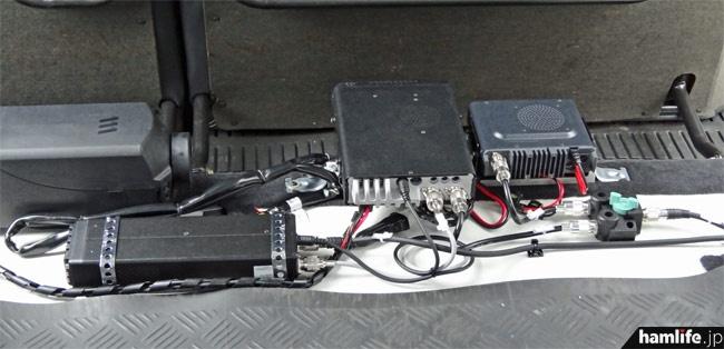 後部の床面にはFTM-400とFT-857の本体、FT-857用のオートアンテナチューナーを固定。ボディーアースも完璧だ。144/430MHz帯をFT-857で運用するケースに備え、同軸切り替え器も設置