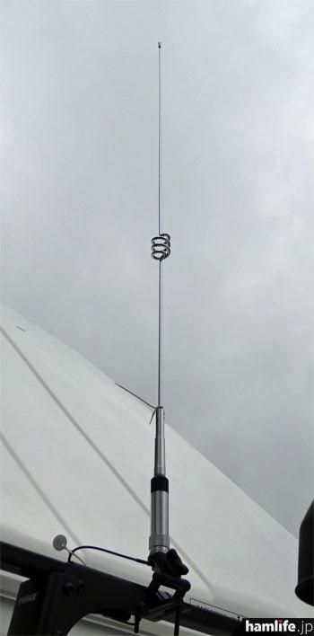 車両前方の屋根に144/430MHz帯のNR-770Hを取り付け