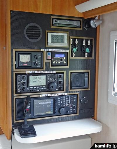 hamlife.jpが2013年に撮影した、ダイヤモンド号の無線ラック。車両売却に際し、無線機(IC-9100)と受信機(AR-ALPHA)は降ろしたが、それ以外は当時のまま残されているという