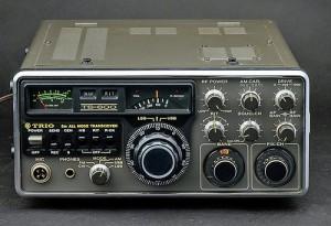 「TS-600」は1976年、トリオ(現・JVCケンウッド)から、SSB/CW/AM/FMのオールモードに対応した10W出力の50MHz帯固定機として発売された。電源はAC100VとDC13.8Vに対応。50MHz帯で初めて受信ブースターを内蔵したことで知られる
