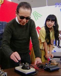 """テレビ朝日系の人気深夜番組「タモリ倶楽部」で、タモリが番組中に「触るのは高校生以来だよ」と言いながら、縦ぶれ電鍵を使って""""CQ CQ DE JA6CSH""""とキーイングするという貴重なシーンが見られた"""